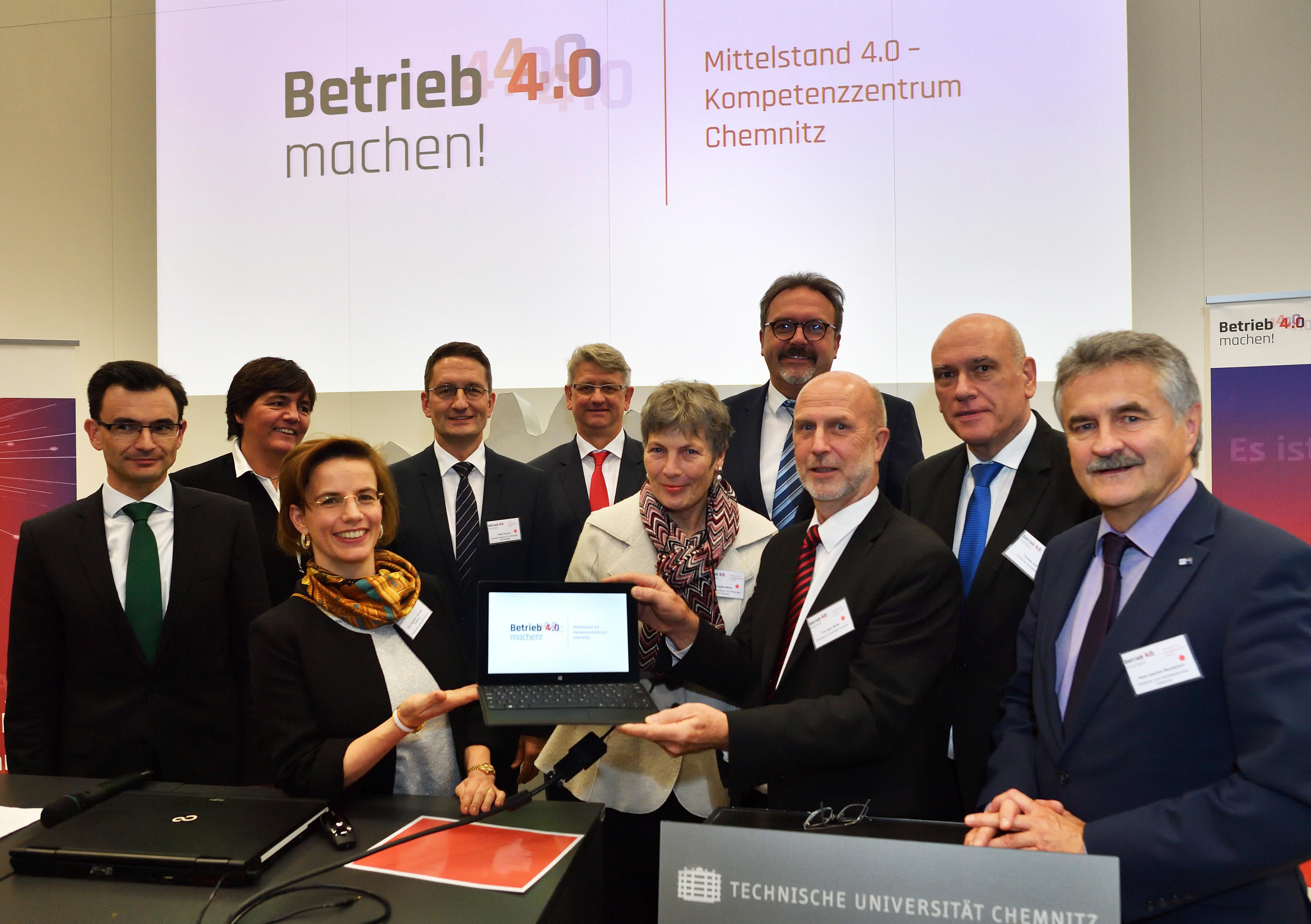 Vertreter der Konsortialpartner eröffneten gemeinsam mit Repräsentanten des Fördergebers BMWi sowie Vertretern der Bundes- und Landespolitik das Mittelstand 4.0-Kompetenzzentrum Chemnitz. || © Wolfgang Schmidt