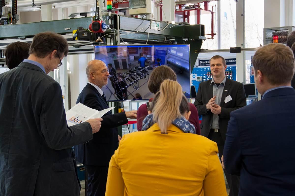 Die Konsortialpartner IWU, TUCed/CATI, IHK und TUC informieren über digitale Fabriklösungen || © TU Chemnitz, Thomas Sera