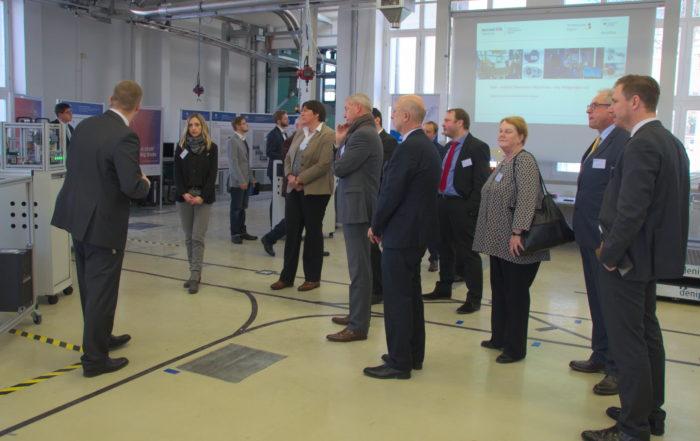 Frank Börner erläutert den Mitgliedern des Begleitgremiums die digitale Fabrik. || Foto: © Michael Bergmann, TU Chemnitz