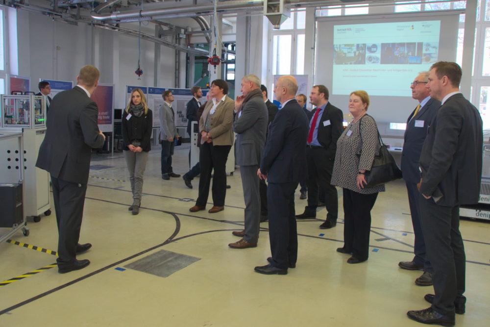 Frank Börner erläutert den Mitgliedern des Begleitgremiums die digitale Fabrik. || © TU Chemnitz, Michael Bergmann