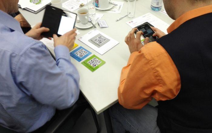 Die Teilnehmer des Thementages testen selbst einige Ident-Technologien. || Foto: © TUCed/CATI
