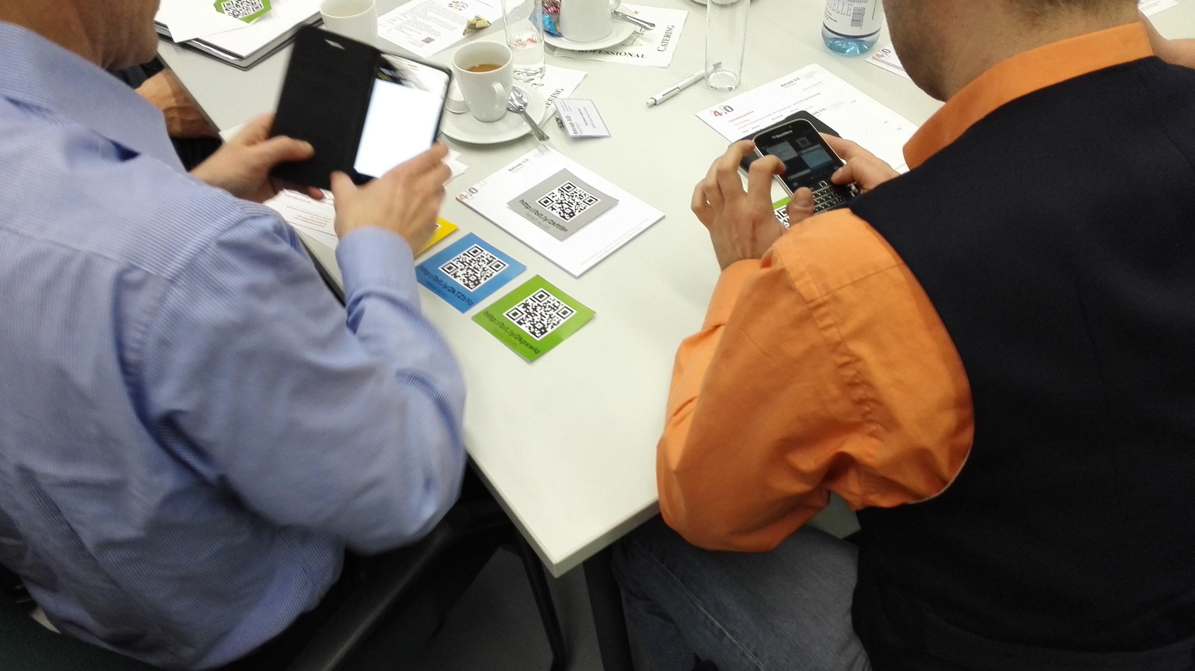 Die Teilnehmer des Thementages testen selbst einige Ident-Technologien. || © TUCed GmbH