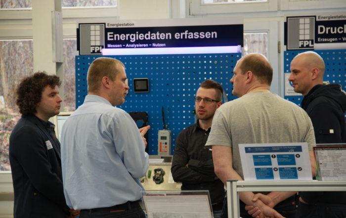 Teilnehmern des Präsenztranings werden Möglichkeiten der Datenerfassung in der Fabrik aufgezeigt || Foto: © Thomas Sera, TU Chemnitz