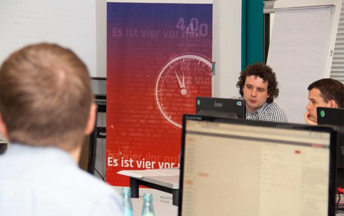 Projektmitarbeiter Michael Bergmann unterstützt die Teilnehmer bei der Programmierung. || © TU Chemnitz, Thomas Sera
