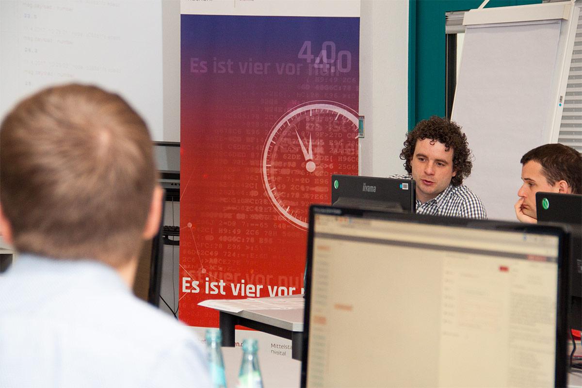 Projektmitarbeiter Michael Bergmann unterstützt die Teilnehmer bei der Programmierung.    © TU Chemnitz, Thomas Sera