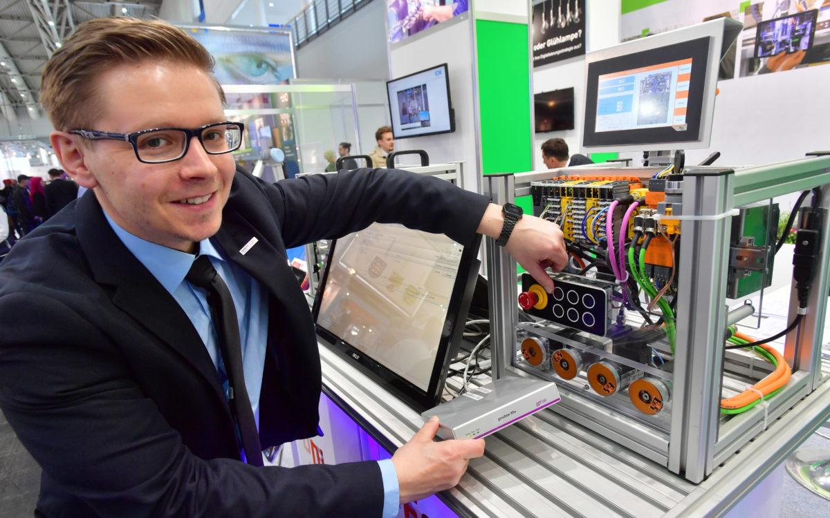 Geschäftsleiter Dr. Henrik Hopf zeigt einfache Digitalisierungslösungen für den Mittelstand || © Wolfgang Schmidt