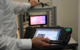 An einem Demonstrator zur digitalen Instandhaltung konnten die Teilnehmer den Einsatz von mobilen Assistenzsystemen nachvollziehen. || © TU Chemnitz, Tim Jungmittag