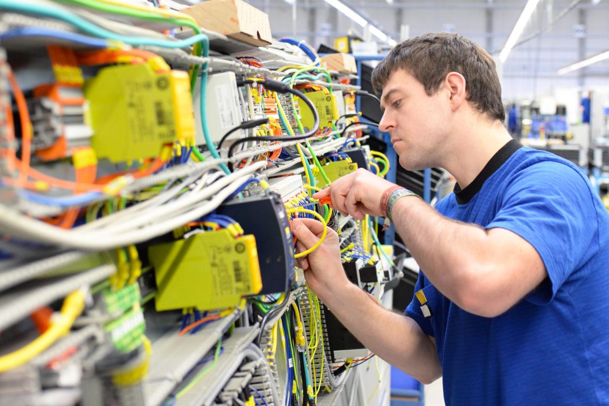 Montage von Schaltschränken // Installation in HiTech factory || © Fotolia 79427564