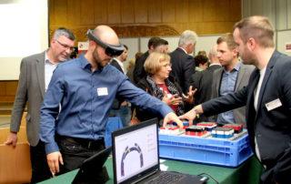 Max Bernhagen und Christoph Neumann demonstrieren Einsatzmöglichkeiten von Datenbrillen in der Produktion || © TU Chemnitz
