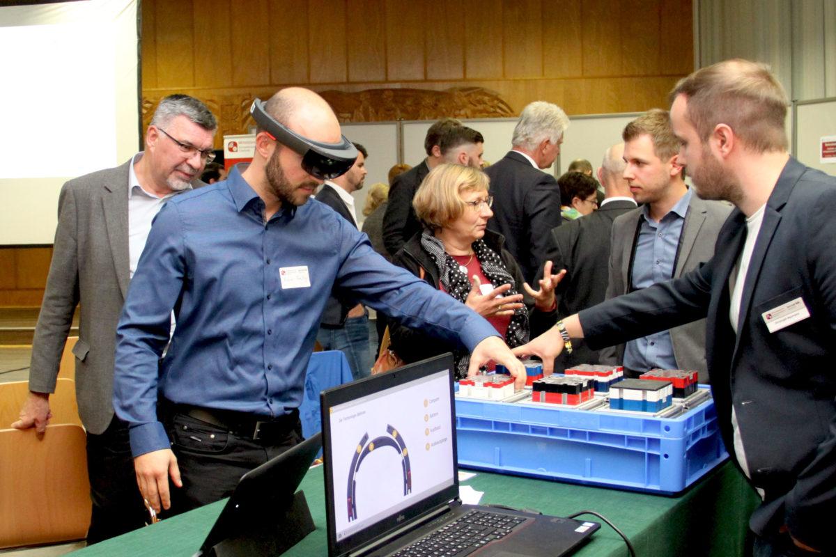 Max Bernhagen und Christoph Neumann demonstrieren Einsatzmöglichkeiten von Datenbrillen in der Produktion || © Mittelstand 4.0-Kompetenzzentrum Chemnitz