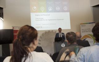 David Meinhard vom Kompetenzzentrum Fachkräftesicherung präsentiert aktuelle Trends der Region || © TU Chemnitz, Tim Jungmittag