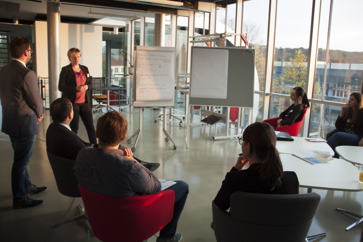 An dieser Themeninsel diskutierten die Teilnehmer über verschiedene Rekrutierungsmöglichkeiten von Fachkräften. || © TU Chemnitz, Tim Jungmittag