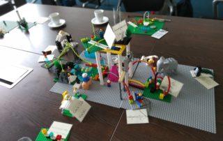 Mit Hilfe von LEGO® Serious Play® lassen sich auch Themen der Immobilienwirtschaft diskutieren. || © TU Chemnitz